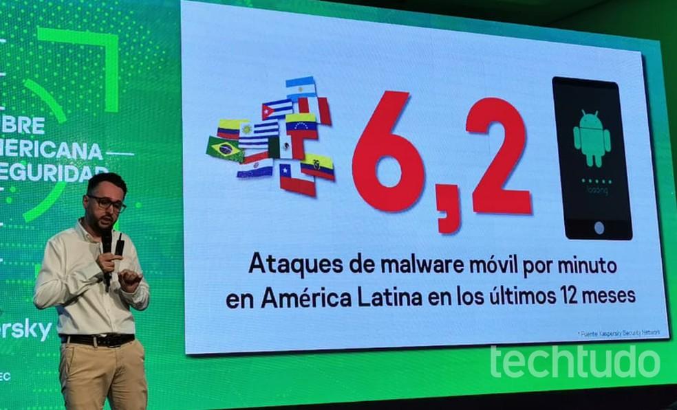 Fabio Assolini shows Kaspersky survey on threats in Latin America Photo: Nicolly Vimercate / TechTudo