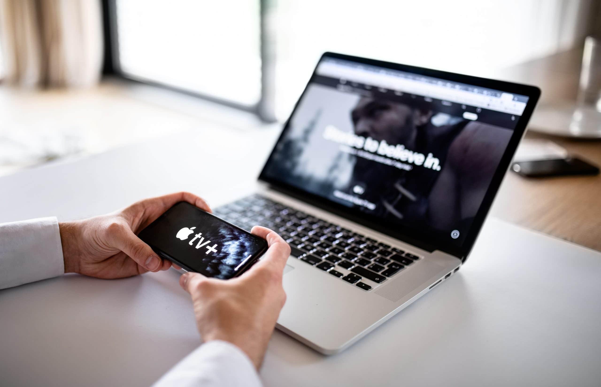 Apple TV+ em MacBook Pro e iPhone
