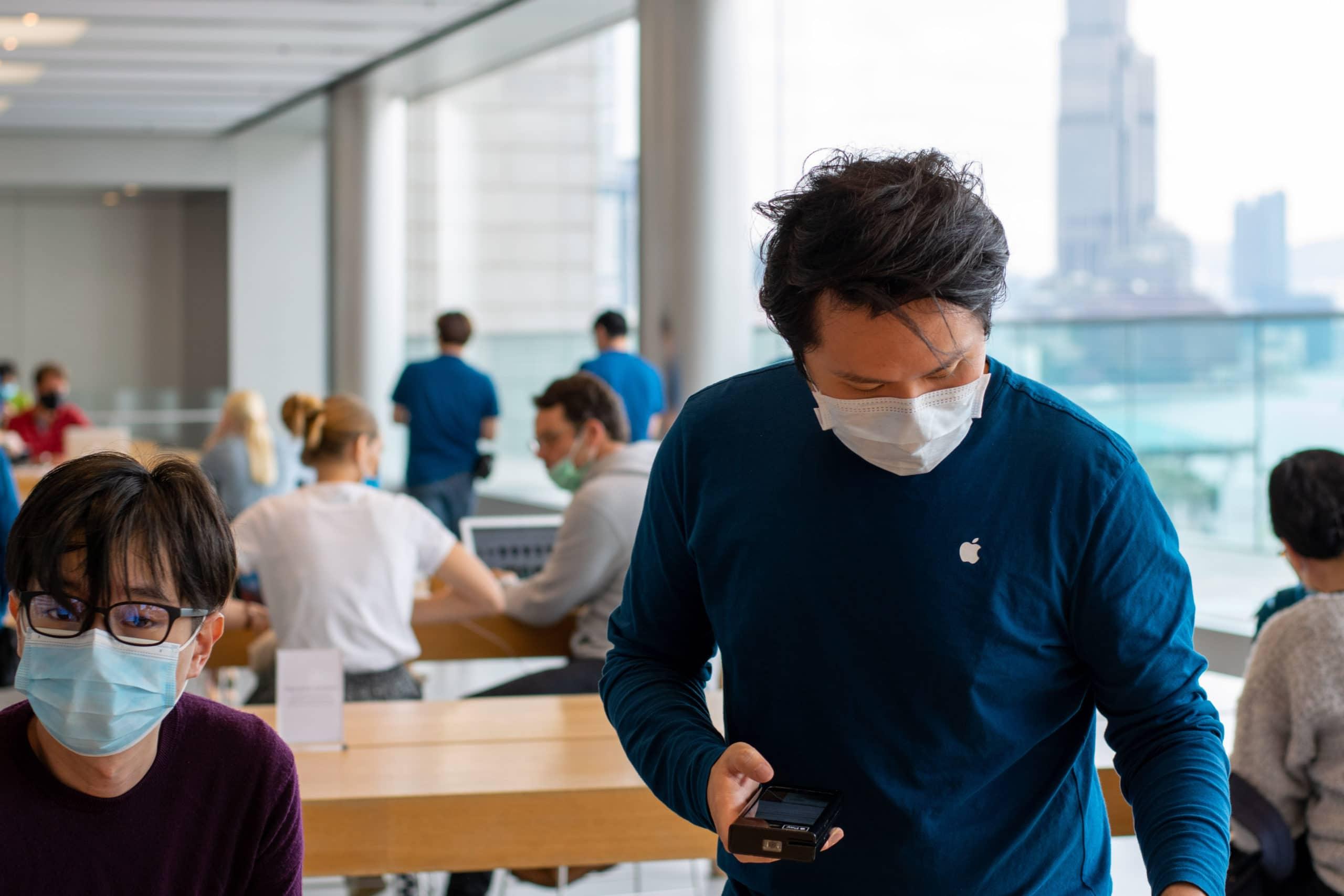 Funcionário de uma Apple Store usando máscara